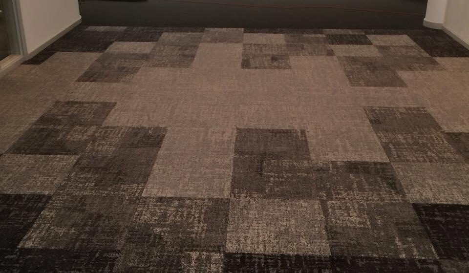 Läggning av textilplattor på kontor